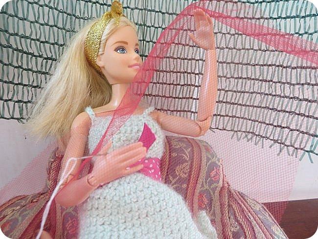 """Катя-молодая швея, которая работает на дому. Каждая ее работа завставляет восхищаться талантом еще """"зеленой"""" рукодельницы: постельное белье из тончайшей ткани, которое греет зимой и приятно холодит кожу летом, плтье, в котором даже самая некрасивая девушка мира почуствует себя принцессой, школьная форма, которая выглядит ни капельки не унылой, а стильной и изысканной. Вобщем, восхищаются все, а доверяет ей не каждый-опасаются, что девчонка, которая только недавно закончила школу и даже на курсах не была, испортит не только ткань, нот и репутацию клиента(чтобы состоятельный человек приходил к неизвестной швее, пусть она даже и чудесница? Нет-нет!) Клиенты есть, и даже вполне достаточно, но все таки бывали моменты, когда Катя неделями сидела без работы. """"Наверное, нкжно найти подработку""""- подумала девушка и встала с дивана. Только что, весело напевая в новом платье, из ее квартиры ушла последняя клиентка из ее записей-Кристина. """"Сейчас главное заварить крепкий ароматный кофе и прошерстить газеты. Может, кому-то понадобится няня или домработница..."""" Вдруг неожиданно раздался звонок с незнакомого номера. Катя удивленно подняла трубку. Незнакомый приятный голос с явным акцентом заказал платье на завтрашний вечер, предложив за него баснословную сумму. Единственным пожеланием клиентки было, чтоб платье было ИДЕАЛЬНЫМ. Записав параметры, швея принялась за работу. фото 2"""