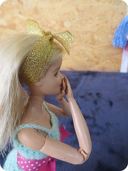 """Катя-молодая швея, которая работает на дому. Каждая ее работа завставляет восхищаться талантом еще """"зеленой"""" рукодельницы: постельное белье из тончайшей ткани, которое греет зимой и приятно холодит кожу летом, плтье, в котором даже самая некрасивая девушка мира почуствует себя принцессой, школьная форма, которая выглядит ни капельки не унылой, а стильной и изысканной. Вобщем, восхищаются все, а доверяет ей не каждый-опасаются, что девчонка, которая только недавно закончила школу и даже на курсах не была, испортит не только ткань, нот и репутацию клиента(чтобы состоятельный человек приходил к неизвестной швее, пусть она даже и чудесница? Нет-нет!) Клиенты есть, и даже вполне достаточно, но все таки бывали моменты, когда Катя неделями сидела без работы. """"Наверное, нкжно найти подработку""""- подумала девушка и встала с дивана. Только что, весело напевая в новом платье, из ее квартиры ушла последняя клиентка из ее записей-Кристина. """"Сейчас главное заварить крепкий ароматный кофе и прошерстить газеты. Может, кому-то понадобится няня или домработница..."""" Вдруг неожиданно раздался звонок с незнакомого номера. Катя удивленно подняла трубку. Незнакомый приятный голос с явным акцентом заказал платье на завтрашний вечер, предложив за него баснословную сумму. Единственным пожеланием клиентки было, чтоб платье было ИДЕАЛЬНЫМ. Записав параметры, швея принялась за работу. фото 4"""