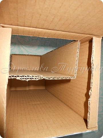 Давно меня тут не было… Решила выставить мк по дивану, который давно отфотала, но выставить никак «руки не доходили».))) Из-за «давнишности» фото, список материалов только в письменном виде.) 1. Кожзам – у меня со старых сапог, на которых был уж очень красивый узор. 2. Картонная коробка  - размер  ~ 12,7 Х 12,7 Х 30 см. 3. Поролон  - толщина  ~ 1-1,5 см. 4. Ткань для обтягивания дивана – лучше трикотаж 5. Деревянные тонкие досочки – можно заменить мед. шпателем или как их называют – палочки для мороженого 6. Ткань/кружева/ленты для украшения – у меня просто не хватило кожзама. 7. Клей – «Кристалл» или клей-пистолет. 8. Картон дополнительный. 9. Ножницы,  канцелярский нож. фото 4