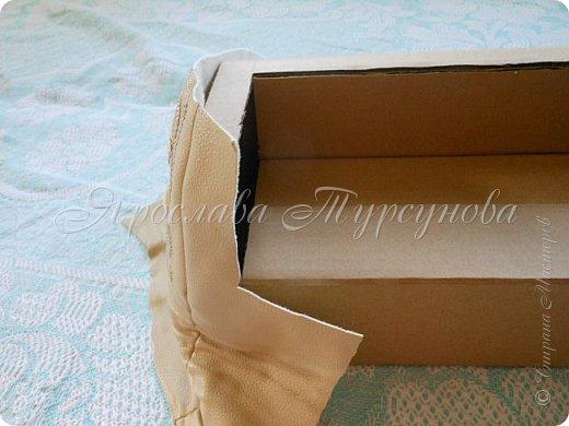 Давно меня тут не было… Решила выставить мк по дивану, который давно отфотала, но выставить никак «руки не доходили».))) Из-за «давнишности» фото, список материалов только в письменном виде.) 1. Кожзам – у меня со старых сапог, на которых был уж очень красивый узор. 2. Картонная коробка  - размер  ~ 12,7 Х 12,7 Х 30 см. 3. Поролон  - толщина  ~ 1-1,5 см. 4. Ткань для обтягивания дивана – лучше трикотаж 5. Деревянные тонкие досочки – можно заменить мед. шпателем или как их называют – палочки для мороженого 6. Ткань/кружева/ленты для украшения – у меня просто не хватило кожзама. 7. Клей – «Кристалл» или клей-пистолет. 8. Картон дополнительный. 9. Ножницы,  канцелярский нож. фото 9