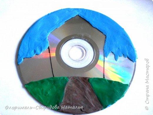 Работа выполнена из пластилина на компьютерном диске. фото 3