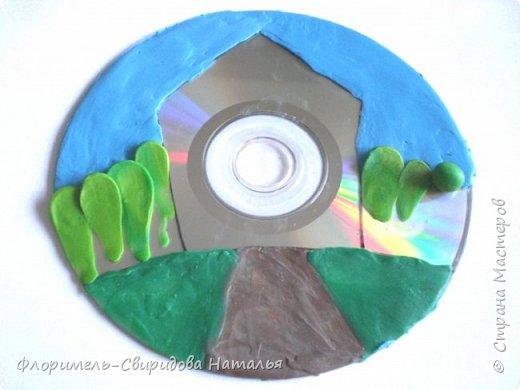 Работа выполнена из пластилина на компьютерном диске. фото 4