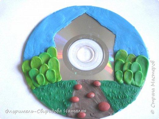 Работа выполнена из пластилина на компьютерном диске. фото 5