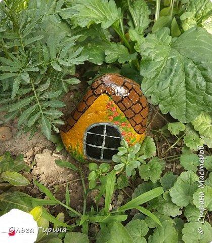 Приветствую, дорогие соседи!Продолжаю украшать свой участок,на этот раз фигурками из фанеры и расписными камнями.Вот такие курочки бегают теперь у меня в саду. фото 7