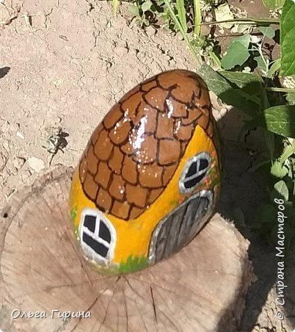 Приветствую, дорогие соседи!Продолжаю украшать свой участок,на этот раз фигурками из фанеры и расписными камнями.Вот такие курочки бегают теперь у меня в саду. фото 8