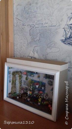Всем привет. Моя миниатюра - цветочный магазин. И как обычно пояснения, как я это делаю. Итак нам понадобится: - основа румбокса ( у меня картонная коробка) - бумага, краски акриловые,  картон - деревянные палочки, палочки от мороженного - подвески, бусины, штифты, фурнитра для бижутерии - распечатки листьев, открыток, коробок и т.д. - клей столярный ПВА супер, клей момент кристалл, суперклей, клей  Титан - всякая всячина ( пуговицы, нитки и т.д.) -  фото 28