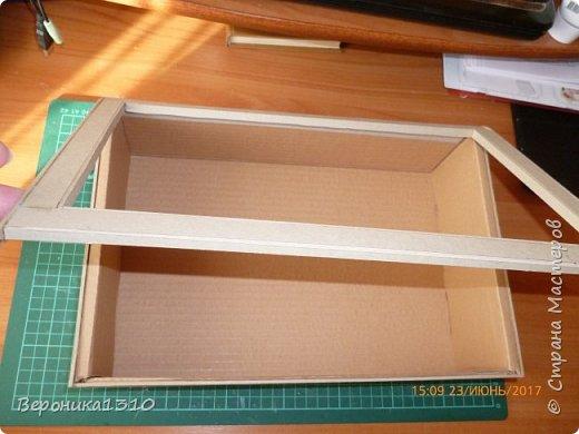 Всем привет. Моя миниатюра - цветочный магазин. И как обычно пояснения, как я это делаю. Итак нам понадобится: - основа румбокса ( у меня картонная коробка) - бумага, краски акриловые,  картон - деревянные палочки, палочки от мороженного - подвески, бусины, штифты, фурнитра для бижутерии - распечатки листьев, открыток, коробок и т.д. - клей столярный ПВА супер, клей момент кристалл, суперклей, клей  Титан - всякая всячина ( пуговицы, нитки и т.д.) -  фото 2