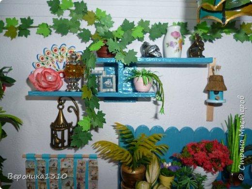 Всем привет. Моя миниатюра - цветочный магазин. И как обычно пояснения, как я это делаю. Итак нам понадобится: - основа румбокса ( у меня картонная коробка) - бумага, краски акриловые,  картон - деревянные палочки, палочки от мороженного - подвески, бусины, штифты, фурнитра для бижутерии - распечатки листьев, открыток, коробок и т.д. - клей столярный ПВА супер, клей момент кристалл, суперклей, клей  Титан - всякая всячина ( пуговицы, нитки и т.д.) -  фото 19