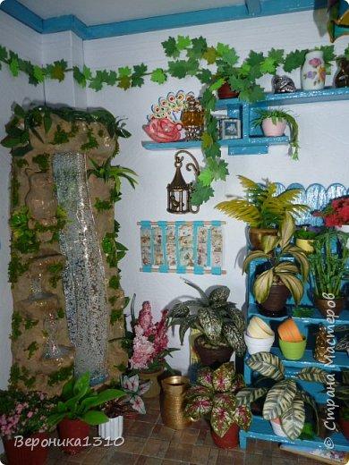 Всем привет. Моя миниатюра - цветочный магазин. И как обычно пояснения, как я это делаю. Итак нам понадобится: - основа румбокса ( у меня картонная коробка) - бумага, краски акриловые,  картон - деревянные палочки, палочки от мороженного - подвески, бусины, штифты, фурнитра для бижутерии - распечатки листьев, открыток, коробок и т.д. - клей столярный ПВА супер, клей момент кристалл, суперклей, клей  Титан - всякая всячина ( пуговицы, нитки и т.д.) -  фото 18
