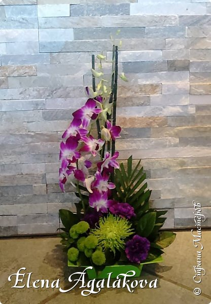 Добрый день! Этим летом я решила осуществить еще одну свою мечту - научится цветочному дизайну. Очень люблю цветы, травки-муравки, деревья и вообще все растения. Уже второй месяц я учусь создавать красоту! Очень увлекательно работать с цветами!  Я взяла небольшой курс по цветочному дизайну. Дома делаю оранжировки из того что под рукой, беру цветы из своего садика. Другие композиции делала для цветочного магазина где прохожу практику. Делюсь красотой! фото 4