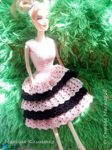 Вязаное платье с рюшами для куколки, два цвета фото 1