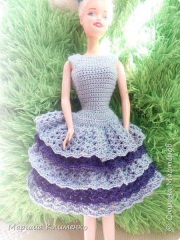 Вязаное платье с рюшами для куколки, два цвета фото 5