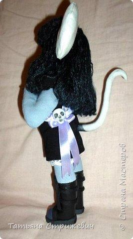 Готическая мышка,держит ключик,висящий на шнурочке - на фото не видно))Сшила из хлопка,волосы из вискозной пряжи,ключик из пластики,сапожки тоже, отделаны шнуром фото 3