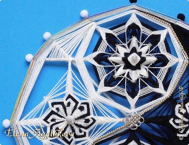 Моя новая импровизация - Инь-Янь мандала. Первая мандала которую я сделала в черно-белом цвете, но по контуру все же пустила немного радужного... :) Талисман Инь-Янь поможет восстановить утраченную гармонию и равновесие .  Немного о значении символа... Круг, в который заключены компоненты этого символа означает бесконечность всего существующего на Земле. Этот круг разделён волнистой линией на две абсолютно равные части. Волнистая, а не прямая линия создаёт эффект проникновения одной половинки в другую. Обе части влияют друг на друга, ведь увеличив одну часть пришлось бы уменьшать вторую. При этом, в каждой половинке находится малая толика противоположного цвета – точка. Подытоживая можно сказать, что Инь-Янь - это символ всего Мира, противоположности, которые в сочетании и во взаимодействии создают единое целое.  Со временем и с развитием различных философских течений люди наделяли этот символ всё большим количеством значений.  Так, считается что Инь-Янь – это мужское и женское начало, небо и земля, добро и зло.  Но смысл их остаётся один – баланс и гармония противоположностей.   фото 2