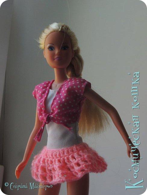 Всем привет! У меня приехала троюродная сестра, и я решила сделать что-нибудь на ее кукол. вот и связала я короткую юбку для барбейки.   фото 1