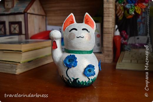 Доброе время суток, дорогие жители СМ! Сегодня я пришла с котиком, который делался для одной моей очень хорошей знакомой, коллекционирующей представителей семейства кошачьих в виде всевозможных статуэток, фигурок и т.д. Также она любит японскую культуру и все, что связано с этой страной. Поэтому я решила сделать ей небольшой подарочек в виде японского кота-талисмана - манеки-нэко))) Это уже не первый мои кот, деланный из ПМ, но первый, сделанный из круглой бумажной основы (в этот раз я облепила новогодний шарик кусочками бумаги, после чего сняла высохшую основу с него), также впервые мне пришлось делать данный талисман (точнее стараться делать) его идеально гладким и белым, ведь до этого мои котики были трехцветными и места, где мне что-то не нравилось я покрывала либо черной, либо золотой краской, чтобы скрыть недочет, а с белой краской так не сделаешь!  фото 2