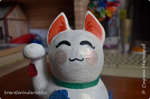 Доброе время суток, дорогие жители СМ! Сегодня я пришла с котиком, который делался для одной моей очень хорошей знакомой, коллекционирующей представителей семейства кошачьих в виде всевозможных статуэток, фигурок и т.д. Также она любит японскую культуру и все, что связано с этой страной. Поэтому я решила сделать ей небольшой подарочек в виде японского кота-талисмана - манеки-нэко))) Это уже не первый мои кот, деланный из ПМ, но первый, сделанный из круглой бумажной основы (в этот раз я облепила новогодний шарик кусочками бумаги, после чего сняла высохшую основу с него), также впервые мне пришлось делать данный талисман (точнее стараться делать) его идеально гладким и белым, ведь до этого мои котики были трехцветными и места, где мне что-то не нравилось я покрывала либо черной, либо золотой краской, чтобы скрыть недочет, а с белой краской так не сделаешь!  фото 4