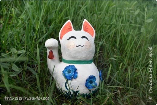 Доброе время суток, дорогие жители СМ! Сегодня я пришла с котиком, который делался для одной моей очень хорошей знакомой, коллекционирующей представителей семейства кошачьих в виде всевозможных статуэток, фигурок и т.д. Также она любит японскую культуру и все, что связано с этой страной. Поэтому я решила сделать ей небольшой подарочек в виде японского кота-талисмана - манеки-нэко))) Это уже не первый мои кот, деланный из ПМ, но первый, сделанный из круглой бумажной основы (в этот раз я облепила новогодний шарик кусочками бумаги, после чего сняла высохшую основу с него), также впервые мне пришлось делать данный талисман (точнее стараться делать) его идеально гладким и белым, ведь до этого мои котики были трехцветными и места, где мне что-то не нравилось я покрывала либо черной, либо золотой краской, чтобы скрыть недочет, а с белой краской так не сделаешь!  фото 7