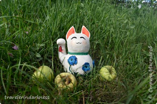 Доброе время суток, дорогие жители СМ! Сегодня я пришла с котиком, который делался для одной моей очень хорошей знакомой, коллекционирующей представителей семейства кошачьих в виде всевозможных статуэток, фигурок и т.д. Также она любит японскую культуру и все, что связано с этой страной. Поэтому я решила сделать ей небольшой подарочек в виде японского кота-талисмана - манеки-нэко))) Это уже не первый мои кот, деланный из ПМ, но первый, сделанный из круглой бумажной основы (в этот раз я облепила новогодний шарик кусочками бумаги, после чего сняла высохшую основу с него), также впервые мне пришлось делать данный талисман (точнее стараться делать) его идеально гладким и белым, ведь до этого мои котики были трехцветными и места, где мне что-то не нравилось я покрывала либо черной, либо золотой краской, чтобы скрыть недочет, а с белой краской так не сделаешь!  фото 8