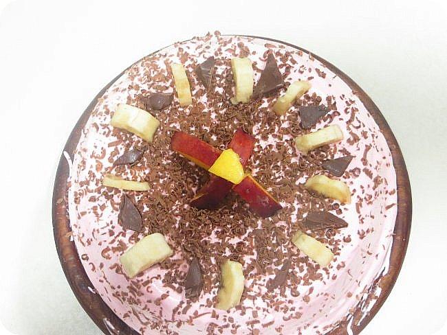 Пришло лето и пришло новое хобби-тортики. Были и шоколадные, и малиновые, и просто ванильные бисквиты-основы. В этом тортике три классических коржа, которые я окрасила в разные цвета. Нижний-персикового цвета в красную крапинку. Средний и верхний-розово-бирюзовые. Крем тоже розового цвета. Прослойка между коржами-крем, банан и персик. Украшено тем же + шоколад) фото 1