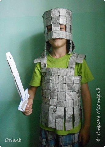 У Мирослава папа - журналист, работает в газете. И Мирослав с мамой решили сделать ему по случаю подарок - рыцарский костюм из газет. Вот что получилось. фото 3