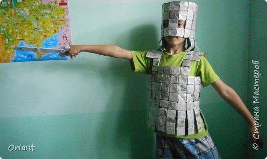 У Мирослава папа - журналист, работает в газете. И Мирослав с мамой решили сделать ему по случаю подарок - рыцарский костюм из газет. Вот что получилось. фото 4
