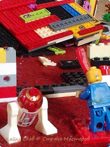 """Здравствуй СМ! Сегодня у меня опять серия """"Энни"""". У ниндзя настали несвободные времена. Все злые решили напасть на базу втихомолку. Они подложили бомбу и она взорвалась. Потерей челобунов, к счастью не было, но база - это потеря ооооггггроооомная, между прочим. Вот ниндзя решили строить базу заново, только на планете Финсор. Там жил очень праведный народ, и ниндзя не надо было беспокоиться о безопасности. Главное, что теперь у них есть народ и кров (или просто детали вместо крова...). Они начали строить.  фото 3"""