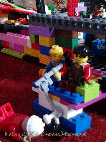 """Здравствуй СМ! Сегодня у меня опять серия """"Энни"""". У ниндзя настали несвободные времена. Все злые решили напасть на базу втихомолку. Они подложили бомбу и она взорвалась. Потерей челобунов, к счастью не было, но база - это потеря ооооггггроооомная, между прочим. Вот ниндзя решили строить базу заново, только на планете Финсор. Там жил очень праведный народ, и ниндзя не надо было беспокоиться о безопасности. Главное, что теперь у них есть народ и кров (или просто детали вместо крова...). Они начали строить.  фото 16"""