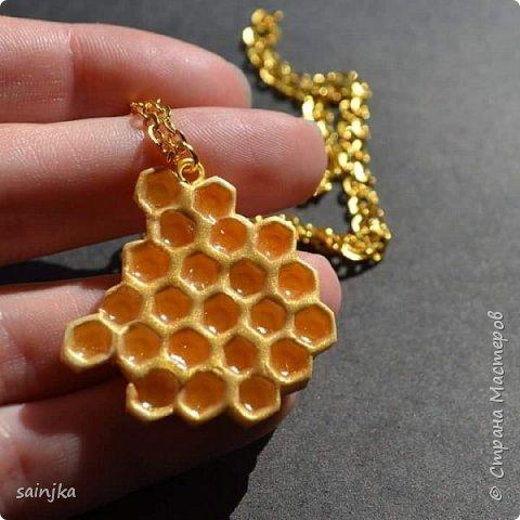 Вам понадобится: -белая глина -ножи для глины -Зубочистка --pearl ex brilliant gold und aztec gold (aztec gold для мёда) -глянцевый лак -эпоксидная смола -кисточка -шестигранный ключ пр. 4-5 мм диаметром -колечки и цепочка -плоскогубцы или чтото подобное