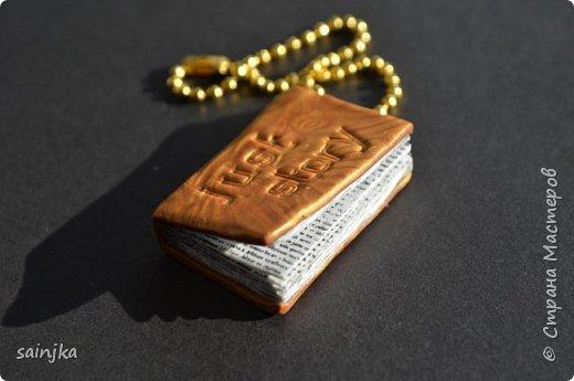 Книга из полимерной глины есть русские субтитры  для работы вам понадобится: -полимерная глина белого и золотого цвета - напечатаный текст на лазерном принтере, отзеркаленый 2x3 см - нож для глины - Акриловая краска черная и кисточка - пастамашина и акриловый роллер - теплая вода - Бумага - силиконовые штампы буквы