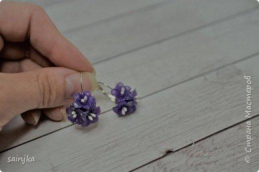 Вам понадобится -Fimo Прозрачный фиолетовый или другой цвет -Зубочистка -Fimo нож -тычинки -глянцевый лак -Серьги кабошон 2x -Pearl Ex (здесь темно-серый) Желаю хорошо провести время:)