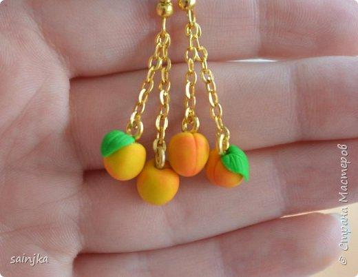 Для таких мини абрикосов (7-8мм) вам понадобится: Глина жёлтого и зелёного цвета пины нож для глины кисточка пастельные мелки красного, розового и жёлтого цвета золотая цепочка плоскогубцы, круглогубцы клей дот, иголочка или иструмент с острым наконечником фото 1