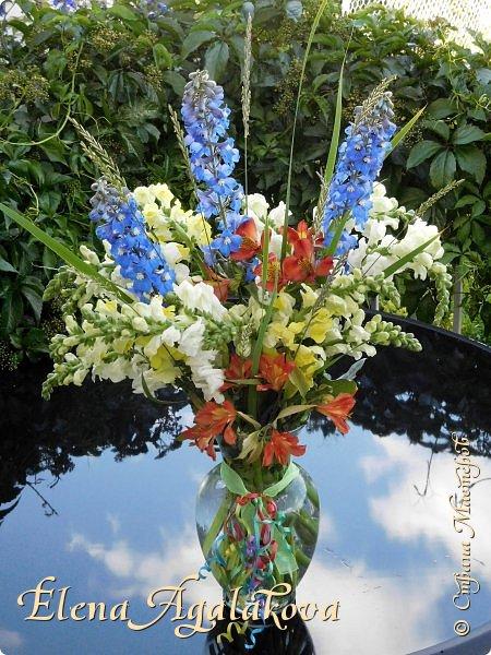 Добрый день! Этим летом я решила осуществить еще одну свою мечту - научится цветочному дизайну. Очень люблю цветы, травки-муравки, деревья и вообще все растения. Уже второй месяц я учусь создавать красоту! Очень увлекательно работать с цветами! Я взяла небольшой курс по цветочному дизайну. Дома делаю оранжировки из того что под рукой, беру цветы из своего садика. Другие композиции делала для цветочного магазина где прохожу практику. Делюсь красотой! фото 3