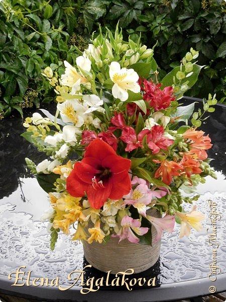 Добрый день! Этим летом я решила осуществить еще одну свою мечту - научится цветочному дизайну. Очень люблю цветы, травки-муравки, деревья и вообще все растения. Уже второй месяц я учусь создавать красоту! Очень увлекательно работать с цветами! Я взяла небольшой курс по цветочному дизайну. Дома делаю оранжировки из того что под рукой, беру цветы из своего садика. Другие композиции делала для цветочного магазина где прохожу практику. Делюсь красотой! фото 7