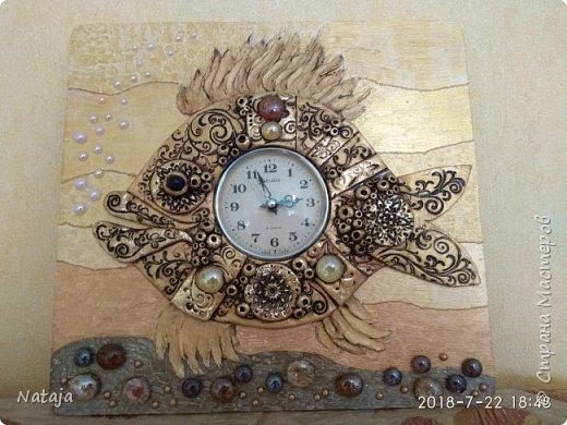 Принесли мне основу - фанера с врезанным часовым механизмом (старый, но действующий будильник). Попросили сделать часы с рыбой. И должны они быть золотого цвета. фото 7