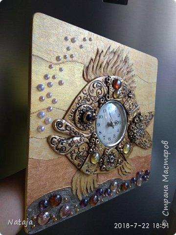Принесли мне основу - фанера с врезанным часовым механизмом (старый, но действующий будильник). Попросили сделать часы с рыбой. И должны они быть золотого цвета. фото 4
