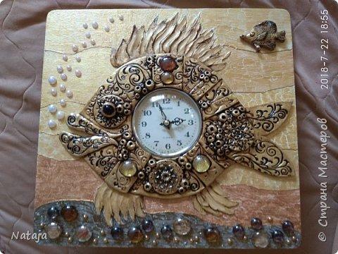 Принесли мне основу - фанера с врезанным часовым механизмом (старый, но действующий будильник). Попросили сделать часы с рыбой. И должны они быть золотого цвета. фото 11