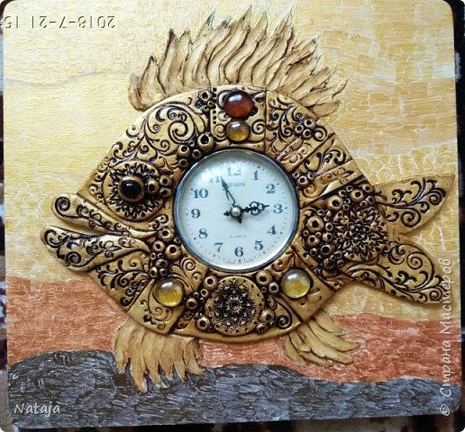 Принесли мне основу - фанера с врезанным часовым механизмом (старый, но действующий будильник). Попросили сделать часы с рыбой. И должны они быть золотого цвета. фото 3