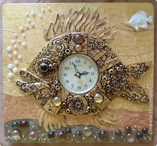 Принесли мне основу - фанера с врезанным часовым механизмом (старый, но действующий будильник). Попросили сделать часы с рыбой. И должны они быть золотого цвета. фото 8