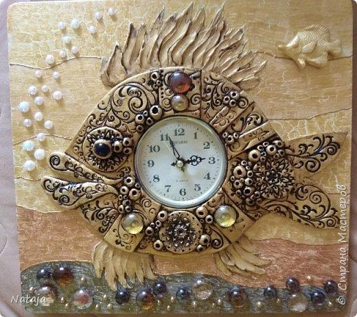 Принесли мне основу - фанера с врезанным часовым механизмом (старый, но действующий будильник). Попросили сделать часы с рыбой. И должны они быть золотого цвета. фото 9