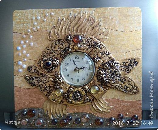 Принесли мне основу - фанера с врезанным часовым механизмом (старый, но действующий будильник). Попросили сделать часы с рыбой. И должны они быть золотого цвета. фото 1