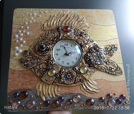 Принесли мне основу - фанера с врезанным часовым механизмом (старый, но действующий будильник). Попросили сделать часы с рыбой. И должны они быть золотого цвета. фото 6