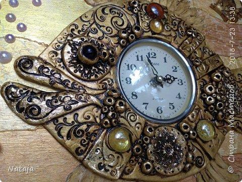 Принесли мне основу - фанера с врезанным часовым механизмом (старый, но действующий будильник). Попросили сделать часы с рыбой. И должны они быть золотого цвета. фото 13