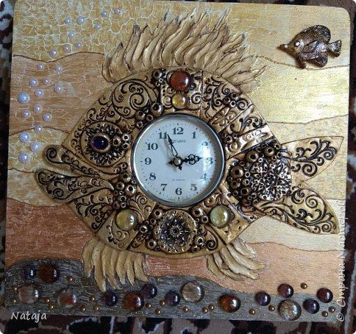 Принесли мне основу - фанера с врезанным часовым механизмом (старый, но действующий будильник). Попросили сделать часы с рыбой. И должны они быть золотого цвета. фото 14