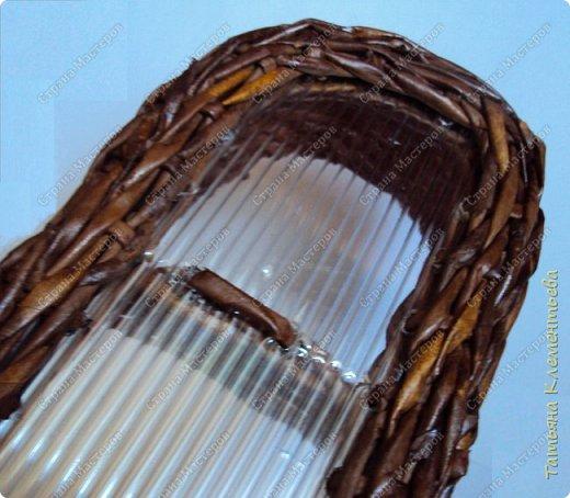 """Понадобилась небольшая плетёнка для сада. Такой небольшой органайзер для мелких вещей, которые часто нужны. Таблетки, салфетки, пластины от комаров и мух. Из чего сплести корзинку? Конечно из газетных трубочек! Для дна использовала сотовый поликарбонат, оставшийся от установки  огородной теплицы. Как плести такое дно на основе сотового поликарбоната можно посмотреть здесь https://stranamasterov.ru/node/596573 Длина плетёнки  50 см, ширина 18 см. Высота 7 см. Газетные трубочки окрашивала водной морилкой цвета """"Мокко"""". Лак для окончательной обработки плетёнки- акриловый. Всего ушло 270 газетных трубочек. фото 6"""