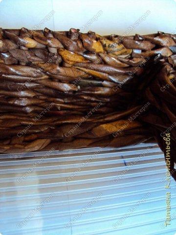 """Понадобилась небольшая плетёнка для сада. Такой небольшой органайзер для мелких вещей, которые часто нужны. Таблетки, салфетки, пластины от комаров и мух. Из чего сплести корзинку? Конечно из газетных трубочек! Для дна использовала сотовый поликарбонат, оставшийся от установки  огородной теплицы. Как плести такое дно на основе сотового поликарбоната можно посмотреть здесь https://stranamasterov.ru/node/596573 Длина плетёнки  50 см, ширина 18 см. Высота 7 см. Газетные трубочки окрашивала водной морилкой цвета """"Мокко"""". Лак для окончательной обработки плетёнки- акриловый. Всего ушло 270 газетных трубочек. фото 7"""