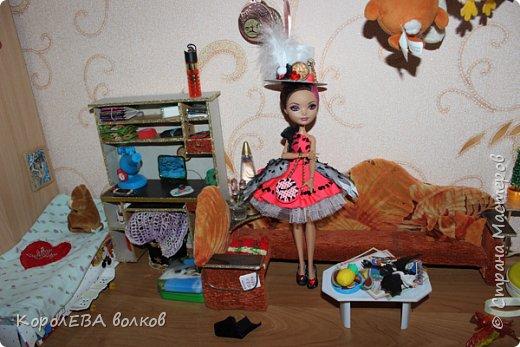 """""""Здравствуйте! Меня зовут Алиса. Я расскажу вам какая со мной недавно приключилась история. А началось всё с приглашения на костюмированную вечеринку. А так как я-Алиса, то у портнихи платье я себе заказала в стиле """"Элис ин Вондерлэнд"""", уж больно у неё в фильме красное платьице мне понравилось. фото 9"""