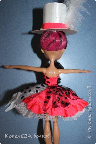 """""""Здравствуйте! Меня зовут Алиса. Я расскажу вам какая со мной недавно приключилась история. А началось всё с приглашения на костюмированную вечеринку. А так как я-Алиса, то у портнихи платье я себе заказала в стиле """"Элис ин Вондерлэнд"""", уж больно у неё в фильме красное платьице мне понравилось. фото 11"""