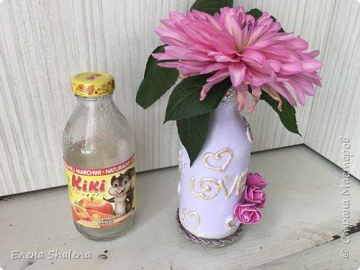 Декор бутылок с помощью клеевого пистолета  Сегодня я покажу как быстро можно задекорировать стеклянную бутылку с помощью горячего клея  Для работы нам понадобится: -стеклянная бутылка(у меня от сока Kiki) -спирт или ацетон -термоклей -сиреневая краска - эмаль декоративная акриловая-золото -декор Приятного просмотра!  Как я делала рамку для узи https://stranamasterov.ru/node/1149689  Другие видео как задекорировать бутылки: Ваза из пластиковой бутылки  https://stranamasterov.ru/node/1144864  Декор бутылки своими руками/Объемная техника  https://stranamasterov.ru/node/1141043  Декор стеклянной бутылочки. Вторая жизнь  https://stranamasterov.ru/node/1140522  Как покрасить соль своими руками. Декор маленькой бутылочки с пробкой  https://stranamasterov.ru/node/1137327             фото 2