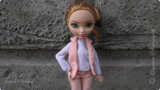 Хотите ли вы знать, с каких пор в городе Суэрте* пошла мода на брючные костюмы? Эту занятную историю я вам сейчас и поведаю. Давным-давно жила в этом городе девушка по имени Шелли. Она была искусной мастерицей и трудолюбивой швеей.  фото 9